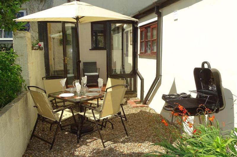 Heron Cottage garden patio set & BBQ
