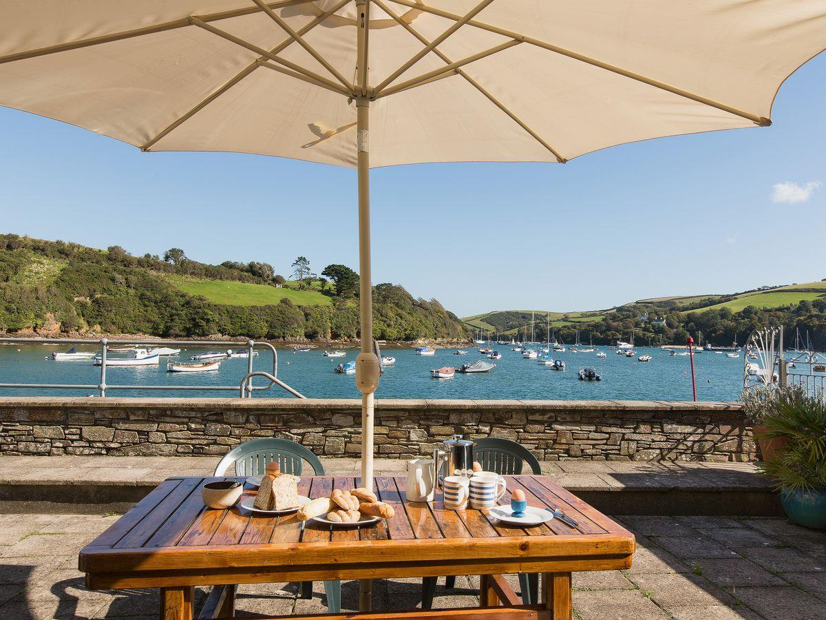Outdoor eating area | Island Quay 10, Salcombe